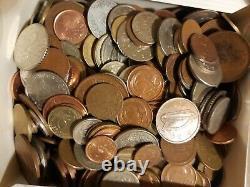 Une Boîte De Pièces De Monnaie De Partout Dans Le Monde Ancien Et Nouveau. Plus De 200 Pièces